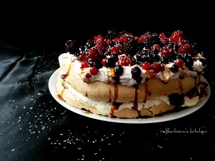 Dort Pavlova s kokosovou šlehačkou, lesním ovocem a jahodovým balzamikem | reBarbora's kitchen