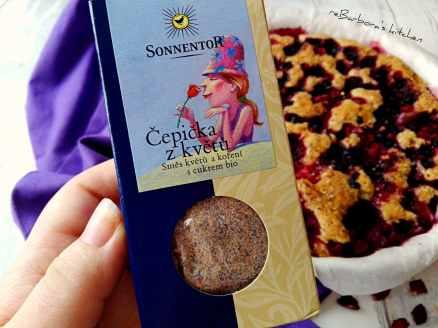 Ořechový koláč s lesním ovocem a Čepičkou z květů | reBarbora's kitchen