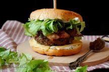 Hovězí burger s karamelizovanou cibulí a medvědím tvarohem | reBarbora's kitchen