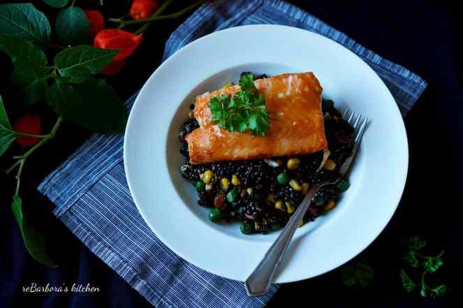 Losos na medu s teplým salátem z beluga čočky | reBarbora's kitchen