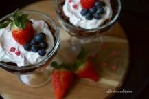 Valentýnský smetanový dezert s karamelizovanými jahodami (á la trifle) | reBarbora's kitchen