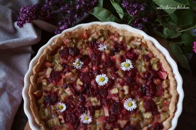 Křehký koláč s rebarborou a malinami