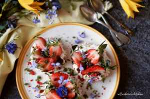 Mini pavlova s jahodami, bazalkovým cukrem a balzamikem   reBarbora's kitchen