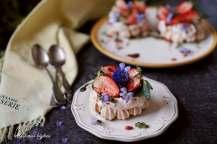 Mini pavlova s jahodami, bazalkovým cukrem a balzamikem | reBarbora's kitchen