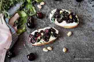 Crostini/tousty s pečenými třešněmi a tymiánem | reBarbora's kitchen